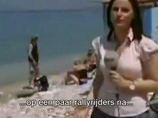 Apģērbta sievete kails vīrietis no televīzija female reporter gets kails prank