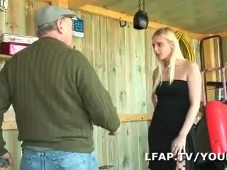 Blonda francaise sodomisee dans un plan o trois avec papy