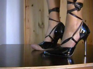 Shoejob ar melnas stiletto, bezmaksas augsts papēži porno video e7