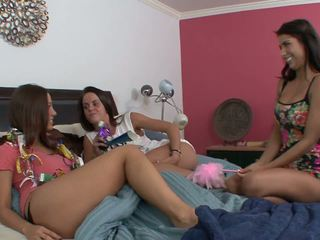 Trīs playful jauns babes būt jāšanās orgija laikā a ballīte