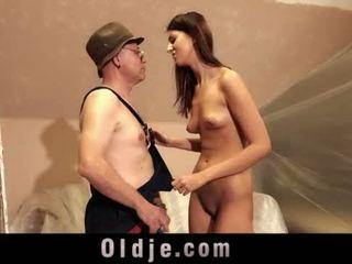 Velho homem e jovem alta gaja sexo jogar