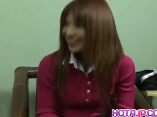 Ai kurosawa in uniforme rubs pelosa fica e gets sucked