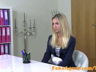 Fakeagent wondermooi blondine mode student fucks in casting