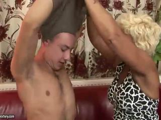 Горещ бабичка enjoys трудно секс с а момче
