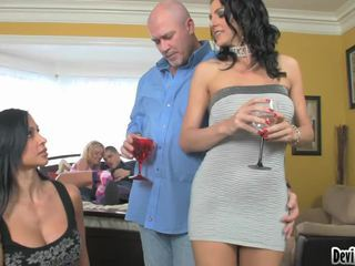 Super hawt couples deciding em o que para fazer em seu sexo festa!