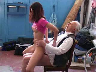 Vecchio uomo desiderare a riparazione il mio bicicletta video
