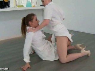 Two seksowne dziewczyny fighting i zrobienie miłość