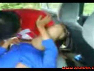 Indonésien painful baise en une voiture