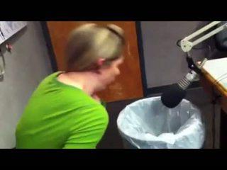 Meitenes vomit puke vemšana vomiting neļaušana runāt