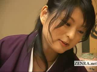 A comely japońskie beauty gives a caring ubrane kobiety i nadzy mężczyźni na ręcznym