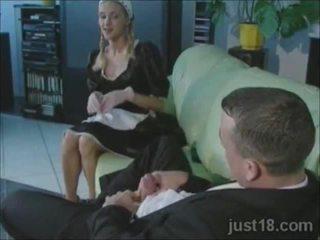 Kimainen blondi palvelustyttö perseestä kova