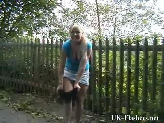 Bjonde nymphs exhibitionism dhe motorway self stimulation i flashing lena onto një publike nudity rampage rreth england