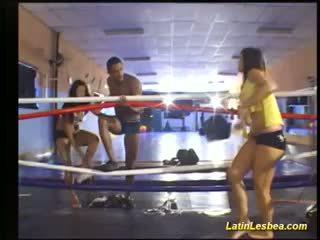 Flexi latijn lesbea gevecht op de boksen ring