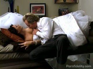 Maravilhosa escuro haired noiva gets quente sexo ação depois casamento