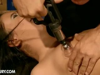 Dominated meisjes: geil brunette slaaf nilla endures pijn voor heet meester