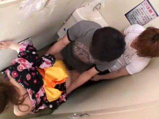 Manoseada y follada en público lavabo