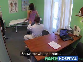 Fakehospital gražus jaunas pole dancer su karštas kūnas swallows the doctors medicine