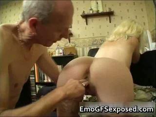 Γερασμένο papy γαμήσι νέος tattooed σύζυγος