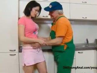 Birichina giovanissima ragazza pays an vecchio repairman per lavoro con suo giovane stretta stronzo