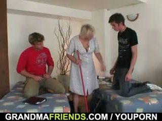 Lama membersih wanita takes two cocks