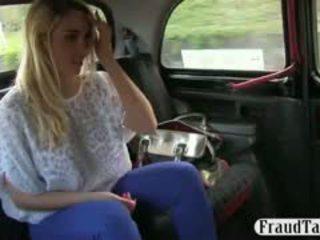 Krūtainas paklīdusi sieviete creampied līdz pervert driver pēc jāšanās