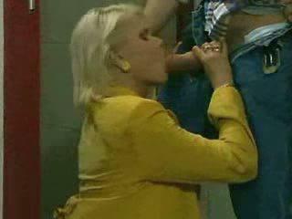 I eksituar vogëlushe qirje me të saj boyfriend në tualet