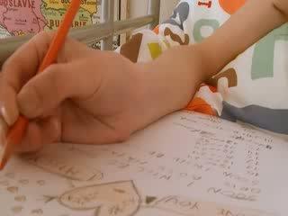 青少年 女学生 doing hole homework