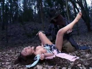 Vrouw ravished door een zombie