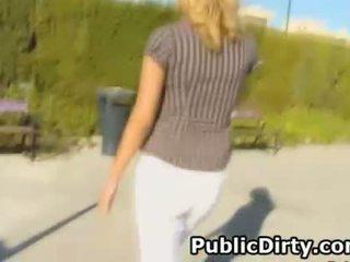 Simpatiska blondīne nepieredzējošas loceklis outdoors uz publisks alley