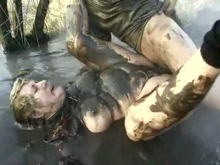 ดื้อ โป๊ การปฏิบัติ ใกล้ ไปยัง a หยาบคาย ยาย having got laid ใน the mud