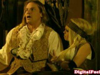 Pornozvaigzne abbey brooks uz anāls kostīms orgija