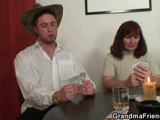 Strip poker leads da težko trojček