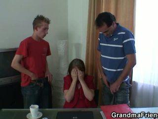 gjyshe, moms dhe djemtë