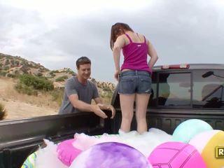 Hitchhiker having draußen sex im die zurück von die auto