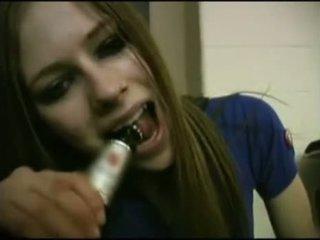 Avril lavigne flashing ব্রা.