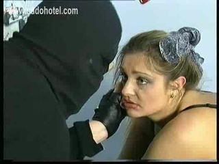 Sad 和 哭 奴隸 同 大 奶 是 spanked 上 她的 屁股 和