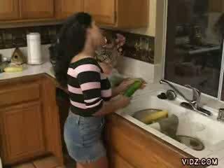 Arrapato prostituta jams vegetables in suo stretta fica