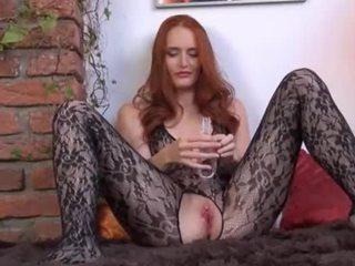 Gyno dildo uz viņai milzīgs rūdmataina vagīna