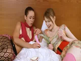 Two রাশিয়ান cheerleaders মজা করা তিনজনের চুদা