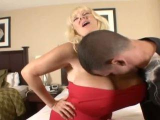 Hugetits zralý hospodyňka enjoying a tuk penis