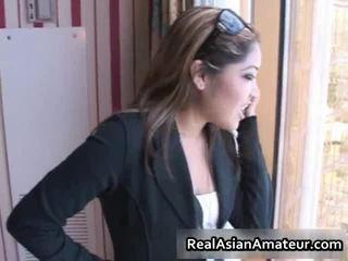 Asiatisch beauty vorführung ab im ein airport