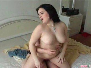 Bir ayna sevimli mini etek bayan rides bir stiff floppi göğüsler