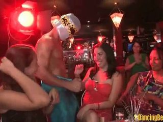 Verlegen meisje jerks de sperma uit van een stripper