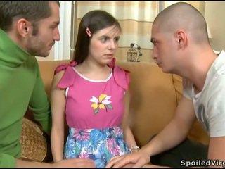 孩儿 seduced 成 三人行 性别