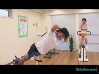 Ázsiai lány -ban edzés ruha giving faszverés licking elélvezés -től fasz tovább a mattress -ban a edzőterem