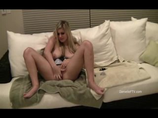 Danielle inserts pärlor inuti henne slit