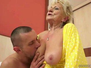 Buah dada besar perempuan tua gets dia berbulu alat kemaluan wanita kacau