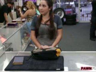 大学 女の子 trades 彼女の ブック のために a セックス で ザ· pawnshop