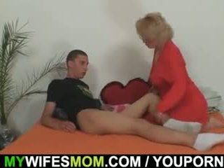 Mother-in-law fucks 그녀의 아들 에 법