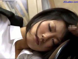 مكتب سيدة نائم في ال كرسي getting لها فم مارس الجنس licking guy كوك في ال مكتب